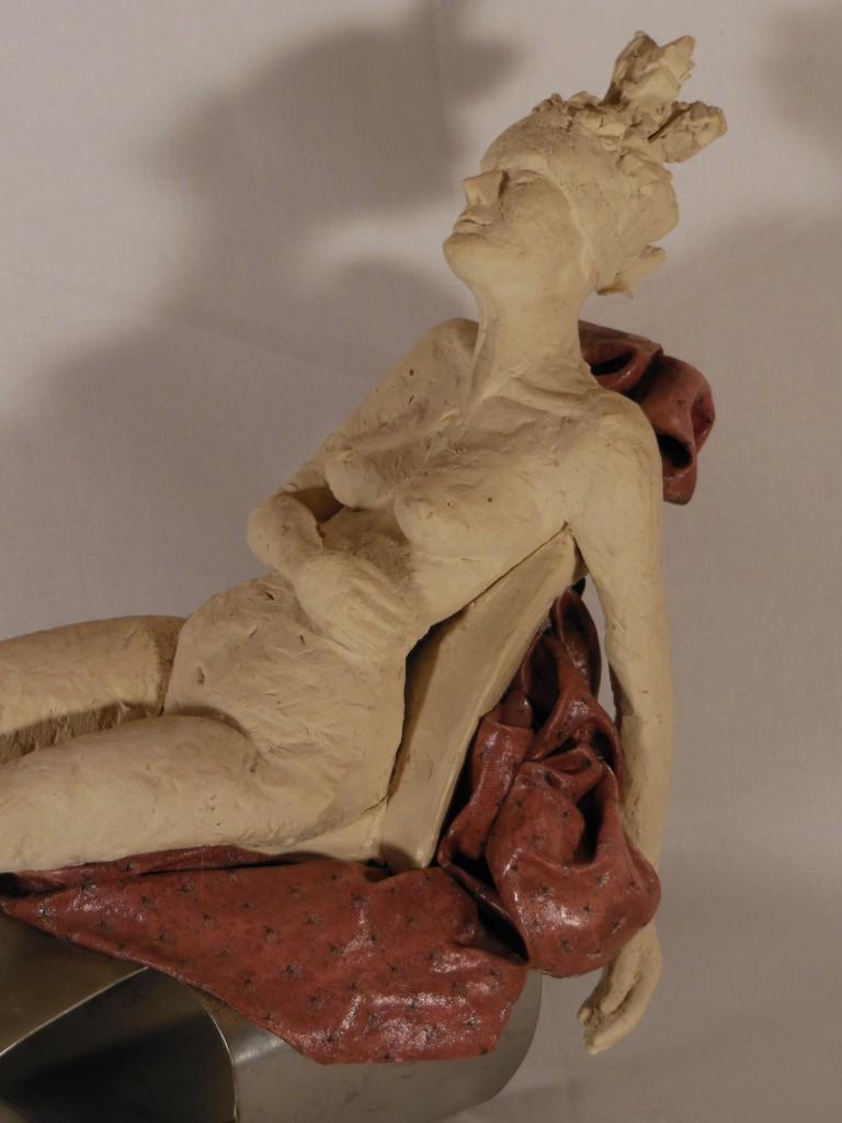 sculpture femme allongée, terre cuite et métal