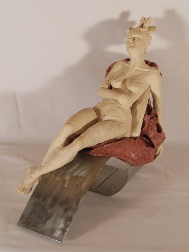 sculpture femme allongée - terre cuite , métal