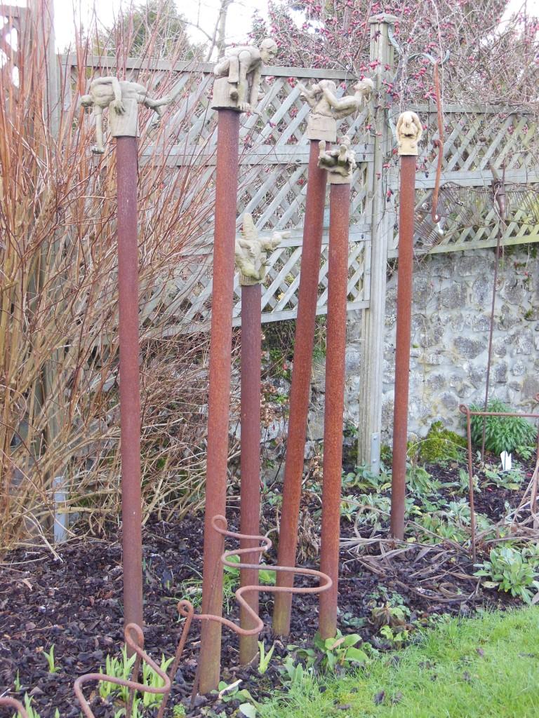Sculptures de jardin en terre cuite sur colonnes en métal