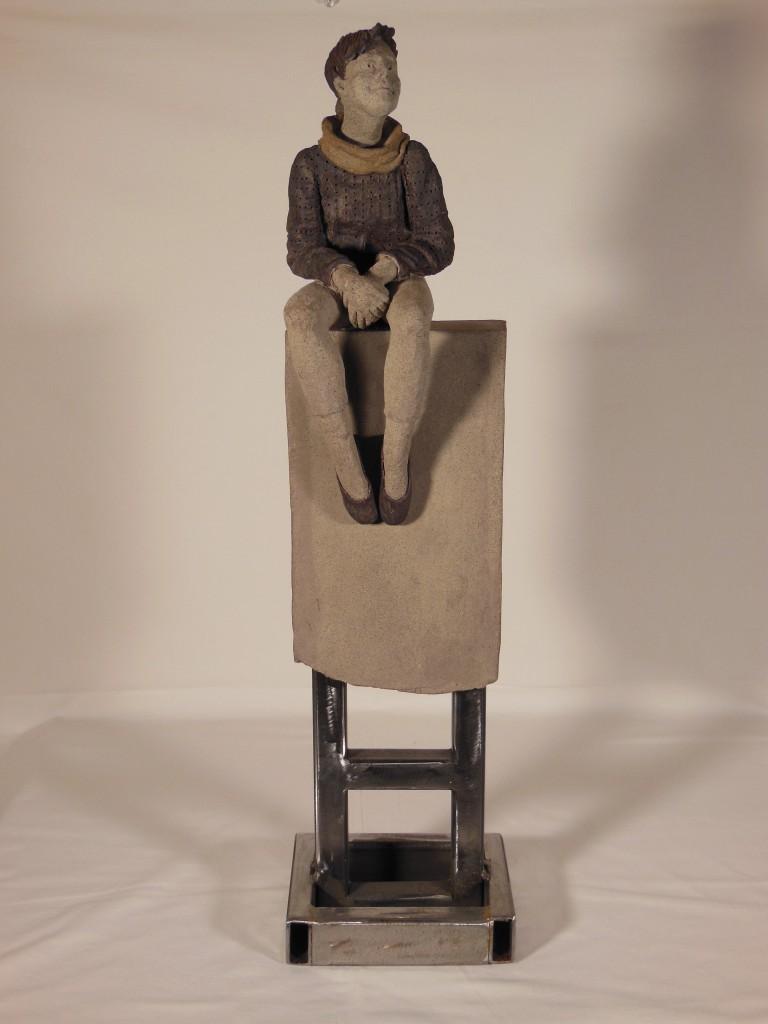 Sculpture en terre cuite sur socle en métal
