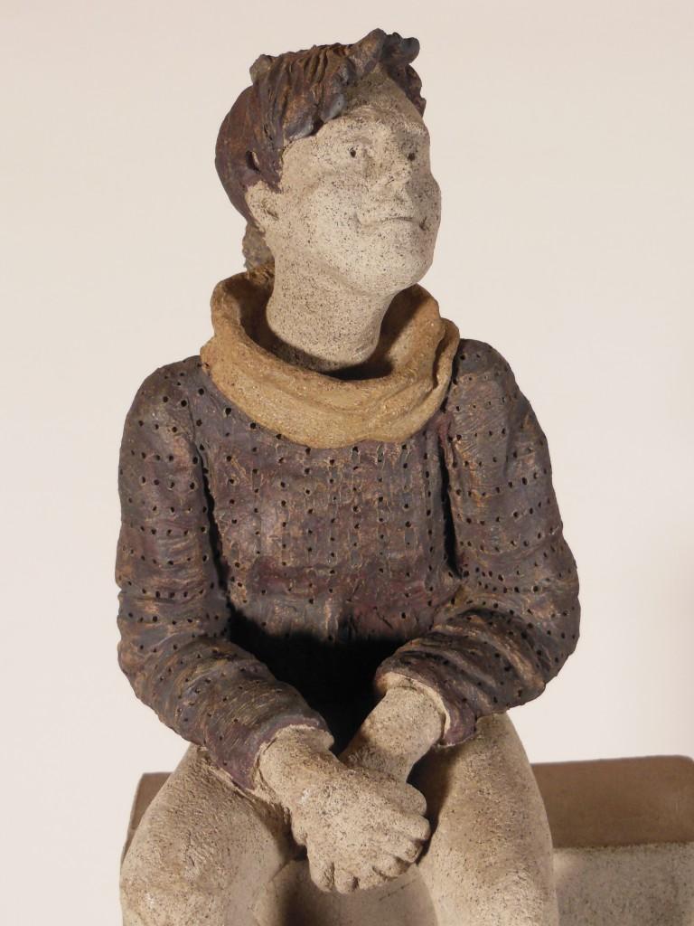 """Zoom sue """"Jeune fille rêvant sur son promontoire"""" - sculpture en terre cuite"""