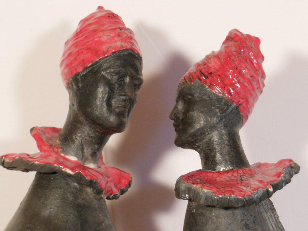 Couple en raku noir et rouge - gros plan sur les têtes