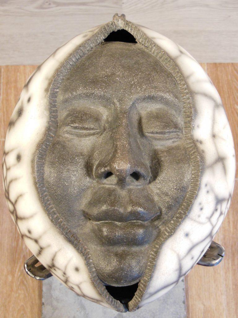 Visage intégré dans une sphère - Raku