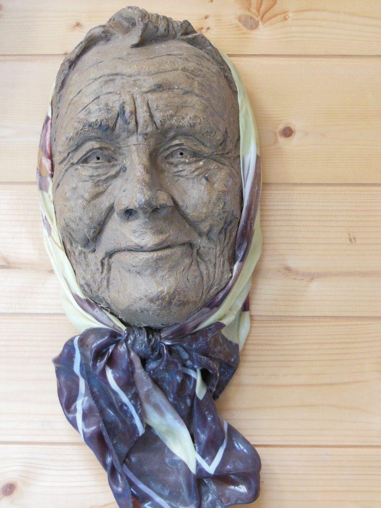 masque terre cuite femme au foulard